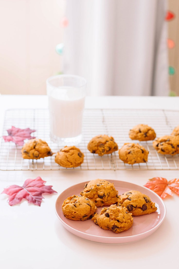 4-ingredient pumpkin cookies that'll surely wow your guests! Time to dig in! #pumpkincookies